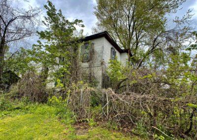 outside of abandoned farmhouse in ohio
