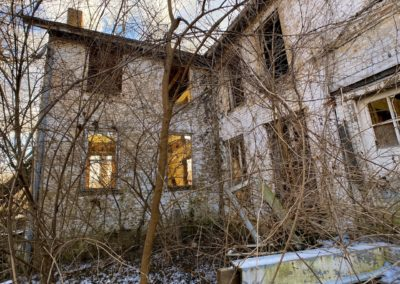 abandoned farmhouse rear ivy