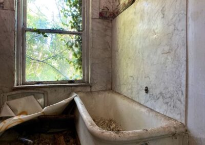 victorian-mansion-bathroom-with-tub