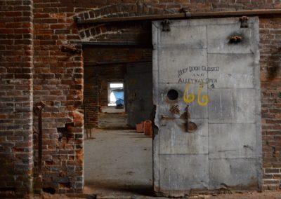keep-door-closed-and-alleyway-open